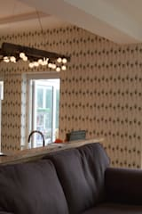 'Undulating Feather' bespoke wallpaper in Hampshire home: eclectic Walls & floors by Rachel Reynolds