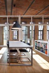 Betontisch mit in besonderer Atmosphäre : minimalistische Esszimmer von 16elements GmbH