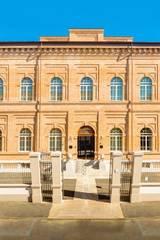 La facciata d'ingresso attuale:  in stile  di GIANDEBIAGGI ARCHITETTURA