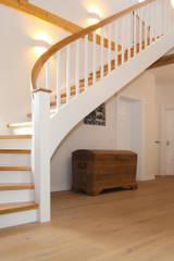Spitzenduo - die Kombination aus Naturholz und Weiß liegt bei Treppen voll im Trend!: klassischer Flur, Diele & Treppenhaus von STREGER Massivholztreppen GmbH