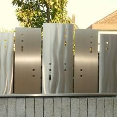 สวน โดย Edelstahl Atelier Crouse - individuelle Gartentore, โมเดิร์น
