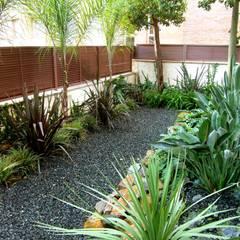 HOATZÍN: Jardines de estilo  de Simbiosi Estudi, Moderno