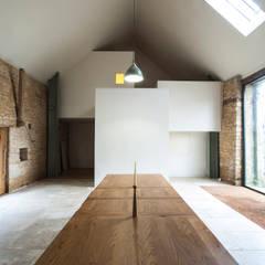 Court Farm Barn:  Dining room by Designscape Architects Ltd,