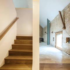 Court Farm Barn:  Corridor & hallway by Designscape Architects Ltd