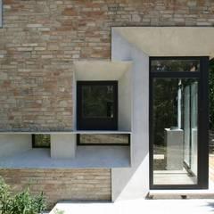 Picture House: Finestre in stile  di Fabio Barilari Architetti