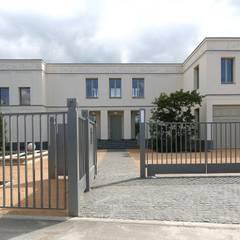 Bellevue zum Schloss - Villa mit Seitenflügeln und Hof: klassische Garage & Schuppen von CG VOGEL ARCHITEKTEN