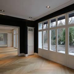Mut zur Symmetrie - Klassisches Wohnhaus am Waldrand Klassische Küchen von CG VOGEL ARCHITEKTEN Klassisch