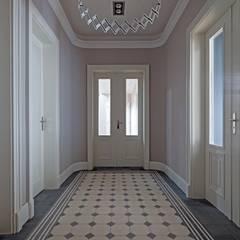 Mut zur Symmetrie - Klassisches Wohnhaus am Waldrand Klassischer Flur, Diele & Treppenhaus von CG VOGEL ARCHITEKTEN Klassisch