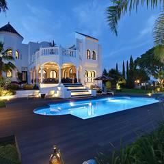 El Madroñal : Piscinas de estilo  de Ambience Home Design S.L.