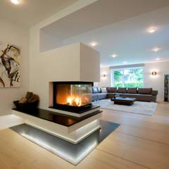 Wohnbereich mit Kamin:  Wohnzimmer von GRID architektur + design