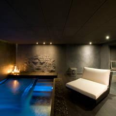 Villa de 1.200m2 en Barcelona: Piscinas de estilo  de Sara Folch Interior Designer