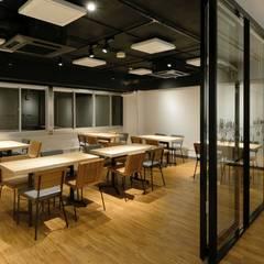Bun Café - インテリア・客席 + 会議室: MoMo. Co., Ltd.が手掛けたレストランです。