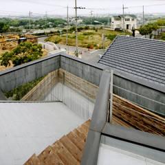 ROOF/M: eu建築設計が手掛けたテラス・ベランダです。,カントリー