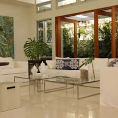 Living room by Lichelle Silvestry Interiors, Tropical