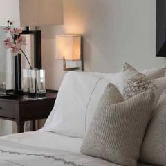 Master bedroom: Chambre de style  par Lichelle Silvestry Interiors