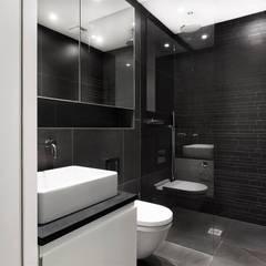 AR Design Studio- The Medic's House:  Bathroom by AR Design Studio