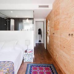 VIVIENDA OLIANA: Dormitorios de estilo  de The Room Studio