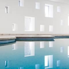Piscina y Spa para un Hotel en Mallorca: Spa de estilo  de A2arquitectos