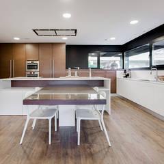 Cocina office con isla diseñada por Chiralt Arquitectos - Casa Gerard - Chiralt Arquitectos : Cocinas de estilo  de Chiralt Arquitectos