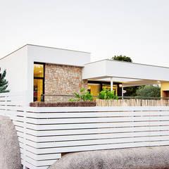 Fachada y valla de la Casa Gerard - Chiralt Arquitectos : Casas de estilo  de Chiralt Arquitectos