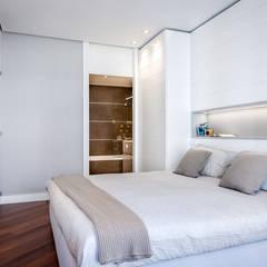 Dormitorios de estilo  por URBANA 15