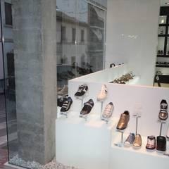 Zapatería de líneas limpias y depuradas: Centros comerciales de estilo  de Estudio Sergio Castro arquitectura