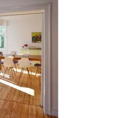 Blick ins Wohnzimmer von Scharrer Architektur GmbH