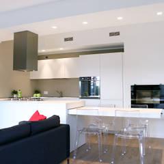 RISTRUTTURAZIONE DI UN APPARTAMENTO CON CUCINA A VISTA: Cucina in stile in stile Moderno di Laura Lucente Architetto