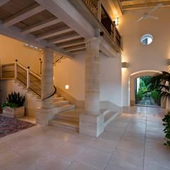 Entrada: Pasillos y recibidores de estilo  por Artigas Arquitectos
