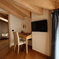 Casa Pinè: Studio in stile  di Cubisoft