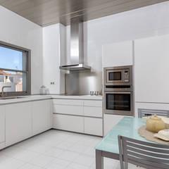 Kitchen by Espacios y Luz Fotografía,