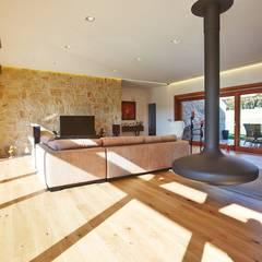 Living room by HUGA ARQUITECTOS, Rustic