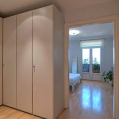 Home Staging de Altura en Arturo Soria: Vestidores de estilo  de Apersonal