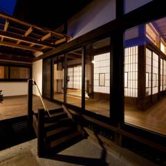伝統のしつらえと、モダンライフの融合: 吉田建築計画事務所が手掛けたテラス・ベランダです。,クラシック