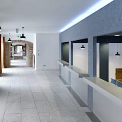 Verwaltungs- und Veranstaltungsgebäude in Niederbayern:  Bürogebäude von camp - Innenarchitektur . Markenentwicklung