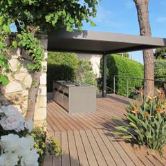 Deck piscine et cuisine d'extérieur: Terrasse de style  par INSIDE Création,
