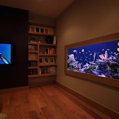 Aquarium in the city:  Living room by Aquarium Architecture