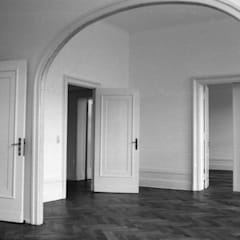 Restaurierung eines Mietshauses in Berlin - Wilmersdorf:  Wohnzimmer von Gabriele Riesner Architektin