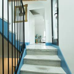 Escalier vers 3e étage - chambre parentale et terrasse: Couloir et hall d'entrée de style  par Christèle BRIER Architechniques