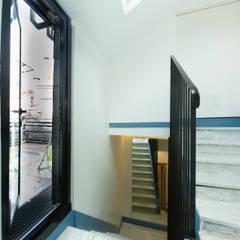 Escalier vers 3e étage -  terrasse: Couloir et hall d'entrée de style  par Christèle BRIER Architechniques