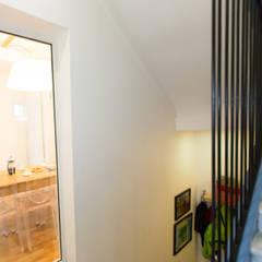 Vers salon-salle à manger: Couloir et hall d'entrée de style  par Christèle BRIER Architechniques