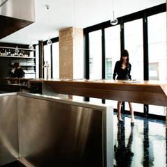 hanging bar-1: Restaurants de style  par ATELIER JMCA