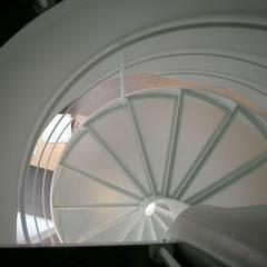 Scala a chiocciola realizzata da NIVA-line: Spazi commerciali in stile  di Ni.va. Srl