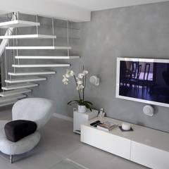Escalier suspendu: Couloir et hall d'entrée de style  par ASCENSO,