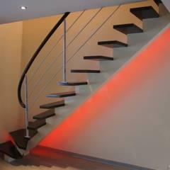 Limon central: Couloir et hall d'entrée de style  par ADIBOIS,