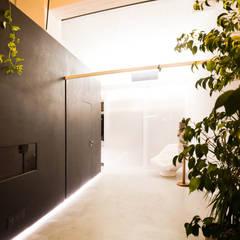 DOCK_52_da garage a residenza: Spogliatoio in stile  di laprimastanza