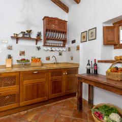 rustic kitchen: Cocinas de estilo  de Espacios y Luz Fotografía