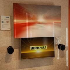 Surrey Media Centre Showroom:  Bathroom by DECOLIFT