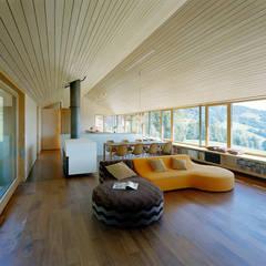 Haus K:  Wohnzimmer von Dietrich   Untertrifaller Architekten ZT GmbH