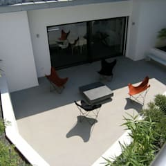 Villa contemporaine: Terrasse de style  par Casa Architecture